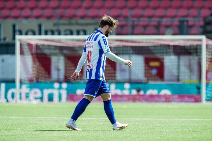Lasse Schone verlaat het veld bij FC Emmen na zijn rode kaart.