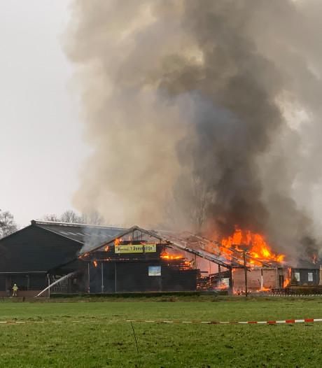 Uitslaande brand bij boerderij 't Dommeltje in Boxtel, stal met horeca kan niet meer worden gered