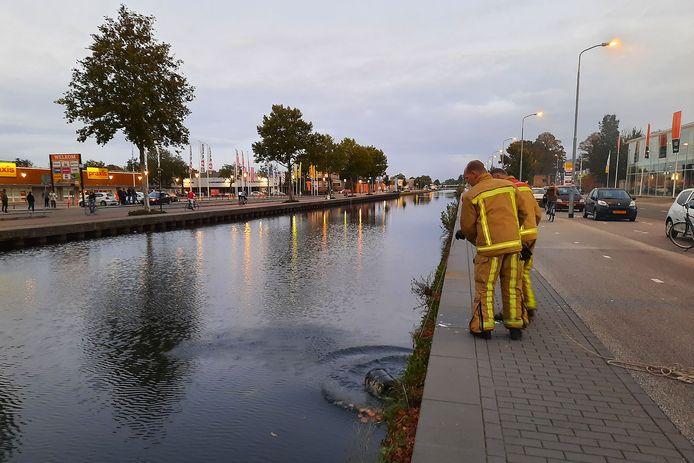 De gasflessen worden gekoeld in het nabijgelegen kanaal.