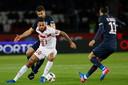 Ricardo Kishna schermt de bal af voor PSG-spelers Thiago Motta Ángel Di Maria (rechts).