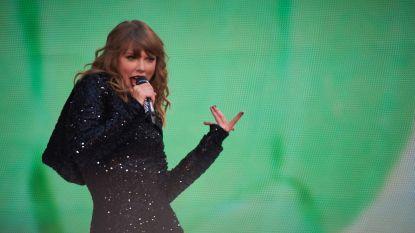 Kletsnatte Taylor Swift zingt gewoon door in stromende regen