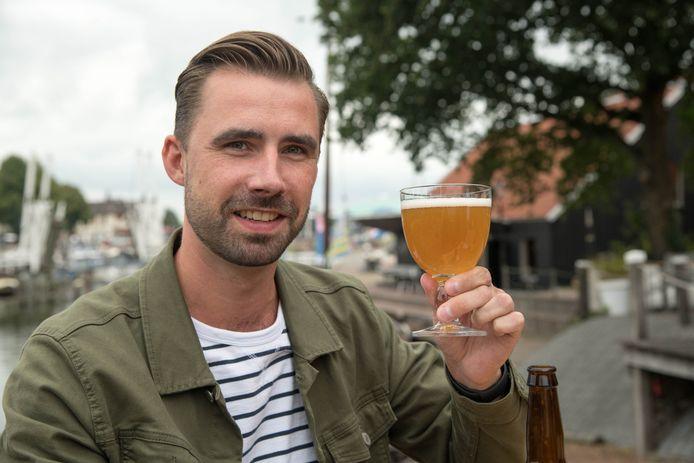 Bob Vrenegoor proeft zijn bier Drie keer Niks, dat sinds kort te koop is op het terras van Veluvia in Harderwijk.