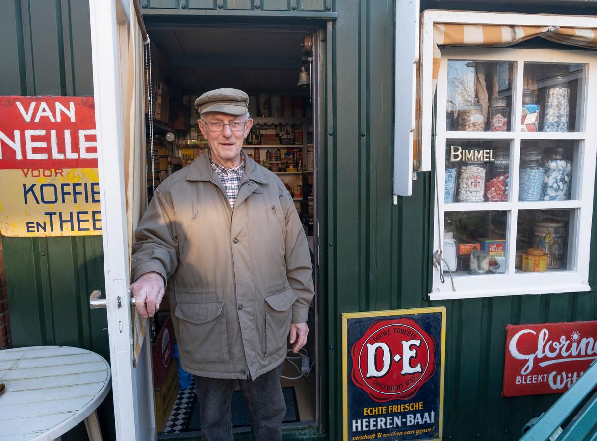 Rinus Bimmel in zijn museumwinkeltje in Oostkapelle. foto Dirk-Jan Gjeltema