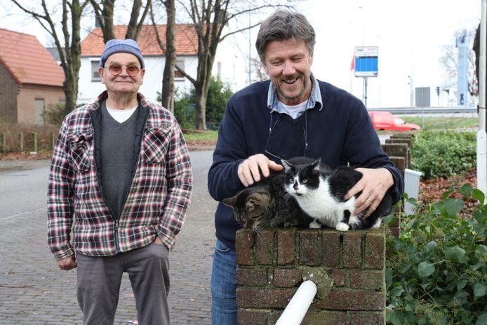 De zusjes Flip (rechts) en Catweazle zijn weer herenigd op een van hun vaste stekkies, tot vreugde van hun huisgenoot Mario Bouwmans en overbuurman Frans van den Broek die dacht dat hij Flip ruim een jaar geleden begraven had.