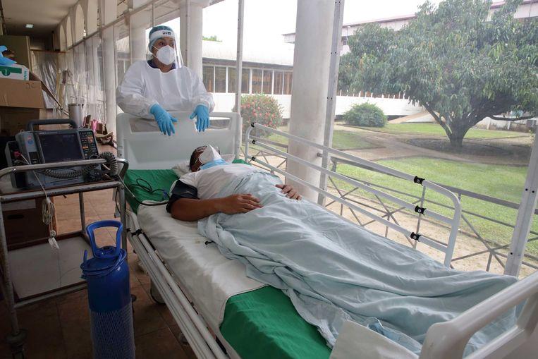 Zorgpersoneel vangt een covidpatiënt op in het St. Vincentius Ziekenhuis.  Beeld ANP
