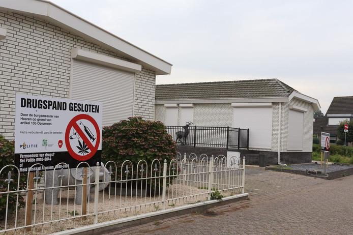 De burgemeester van Haaren heeft twee woningen aan het Molenheike in Helvoirt laten sluiten voor zes maanden omdat er drugs in de bergingen zijn gevonden.