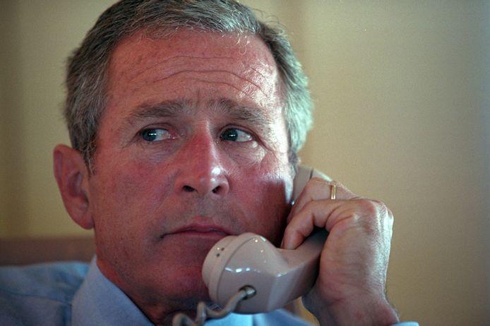 President George W. Bush telefoneert met vice-president Dick Cheney, aan boord van de Air Force One.