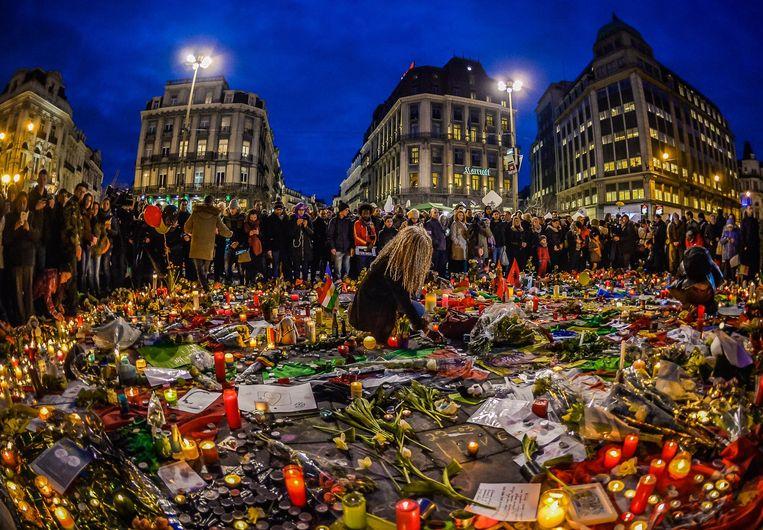 Een zee van bloemen en kaarsjes op het Beursplein na de aanslagen van vorige week. Beeld Photo News