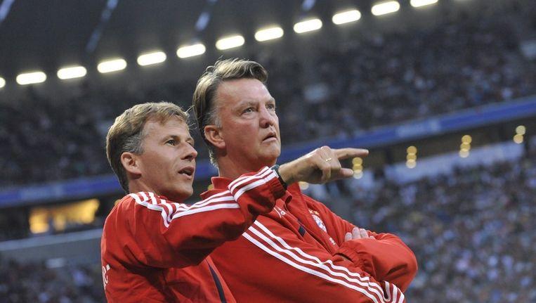 Andries Jonker (links) en Louis van Gaal als trainersduo bij Bayern München. Beeld EPA