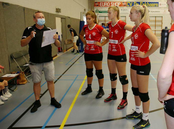 Coach Kris Supply, vorig seizoen net voor de pas gestarte competitie werd stopgezet, met enkele speelsters van Bevo Beobank Roeselare.