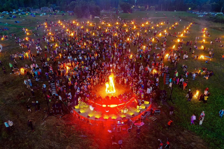 Een performance met honderd vuren op het kunstparkdomein in het Russische Nikola-Lenivets. Beeld BELGAIMAGE