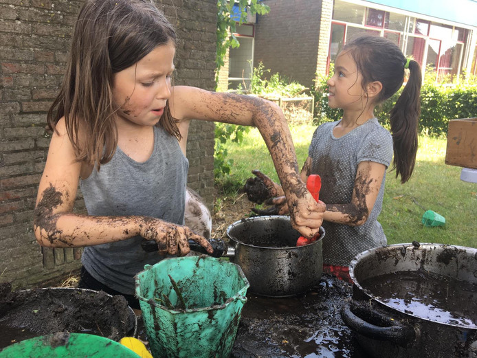 Lekker spelen met modder, vies worden mag.