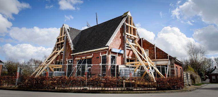 Een gebouw is verstevigd met balken als gevolg van aardbevingsschade die is ontstaan door de gaswinning van de NAM in het gebied. Beeld ANP