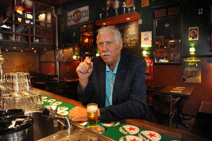 Henk Hut van café De Hoppit in Vlissingen ziet niks in de sluiting van de horeca om 22.00 uur.