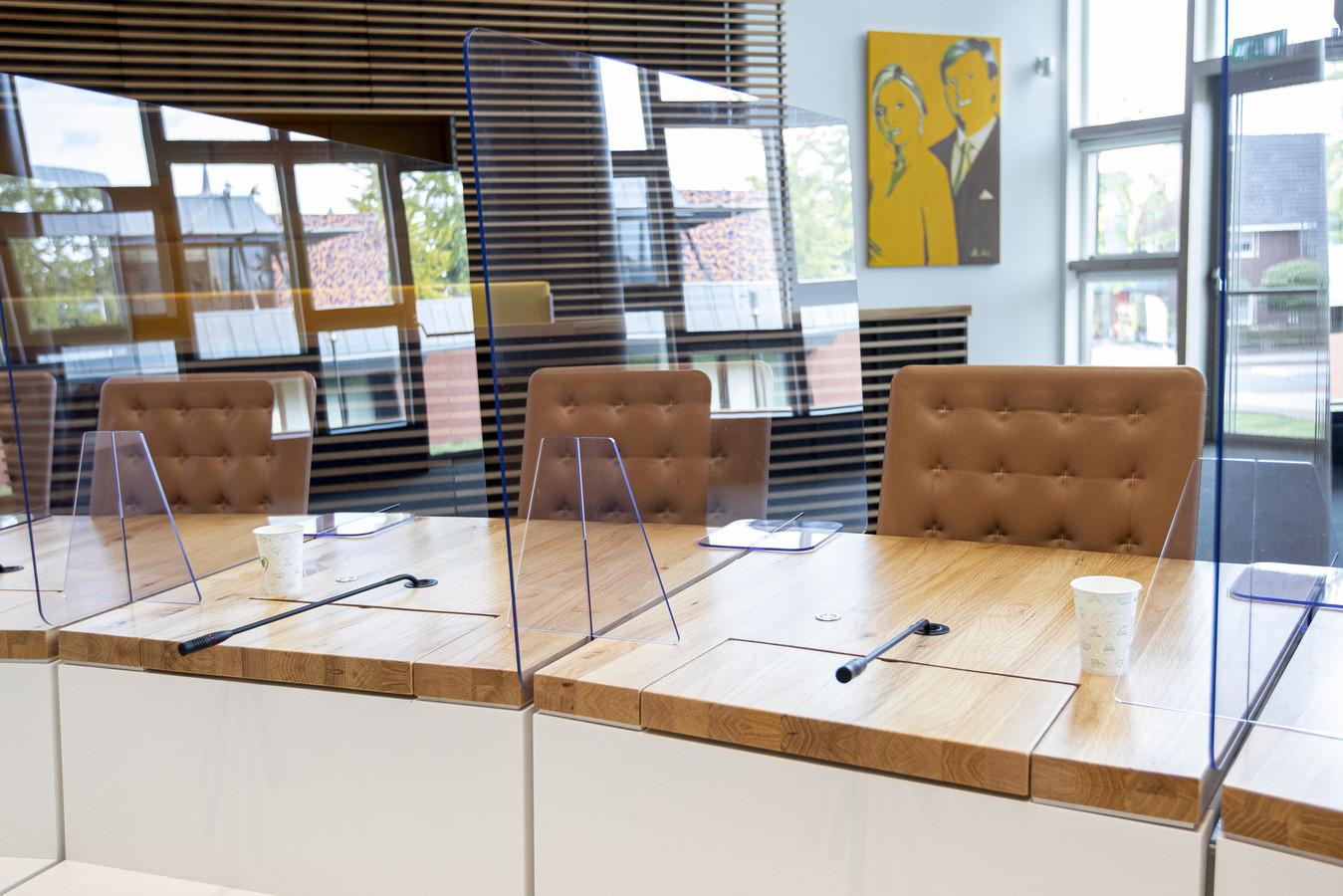 In de raadszaal van het gemeentehuis van Hardenberg zijn spatschermen geplaatst tussen de zitplaatsen van de raadsleden. Ook de burgemeester, wethouders en griffier worden gescheiden en beschermd door spatschermen.