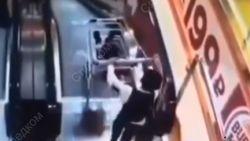 VIDEO. Jongetje duwt kleine broer in winkelkar van roltrap. En dat loopt vreselijk mis