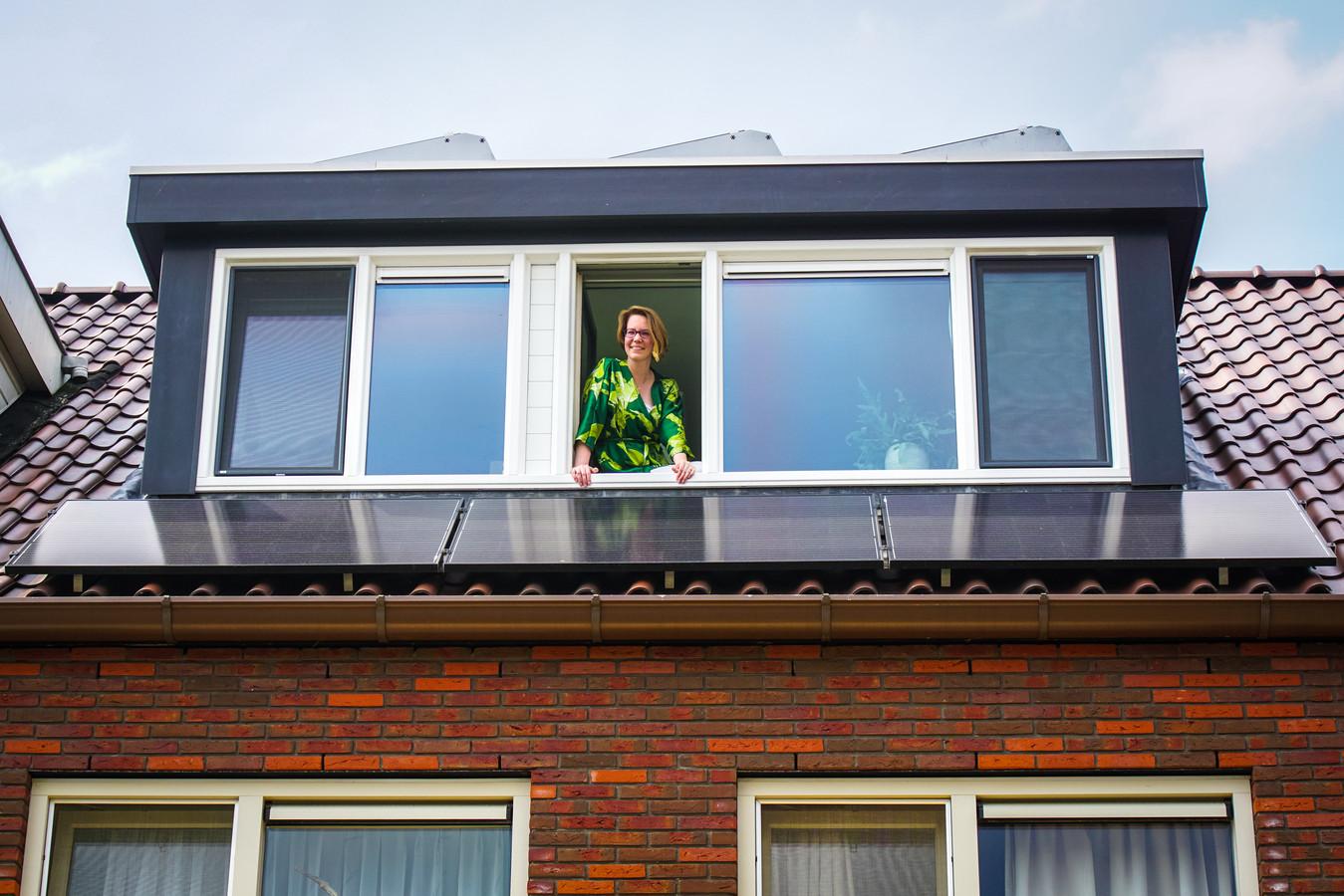 De energierekening van Bianca Hermans (40) is sinds de komst van haar elf zonnepanelen al gehalveerd.