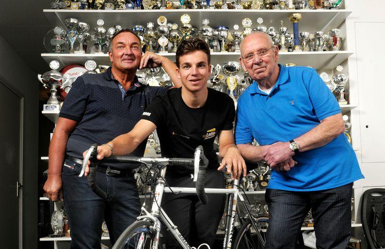 Ko Zieleman (rechts) in zijn voormalige racespeciaalzaak Zieleman in de Reggestraat in Amsterdam, naast hem kleinzoon Dylan Groenewegen (midden) en schoonzoon Gerrie Groenewegen.  Beeld Theo Smit / HH