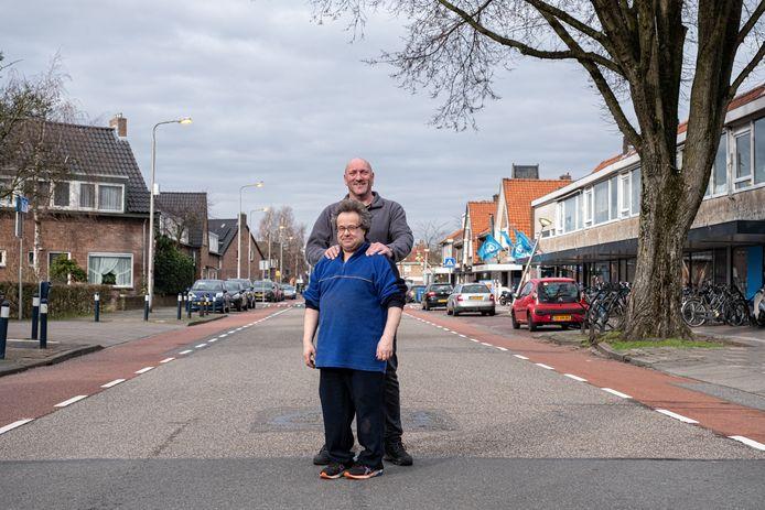 Buurondernemers op de Noordewierweg: John Rekers (achter) en Johan van de Wetering. ,,Het winkelgebied verpaupert.''