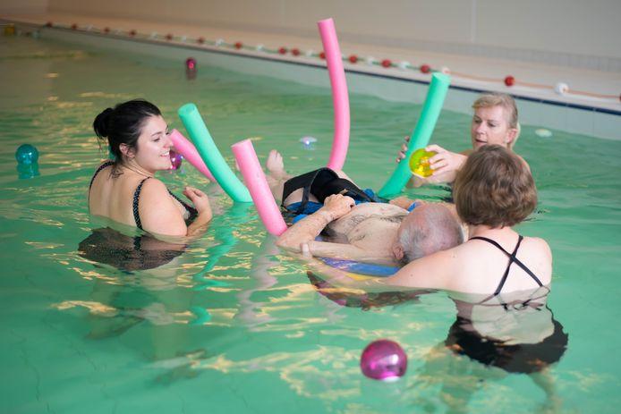 """Therapeut Anke """"snoezelt"""" samen met Leon en Elly in het verwarmde zwembad"""