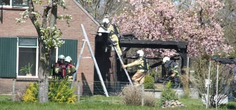 Overkapping bij boerderij in Holten vliegt in brand