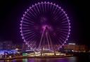 Het gigantische reuzenrad in Dubai 's nachts.