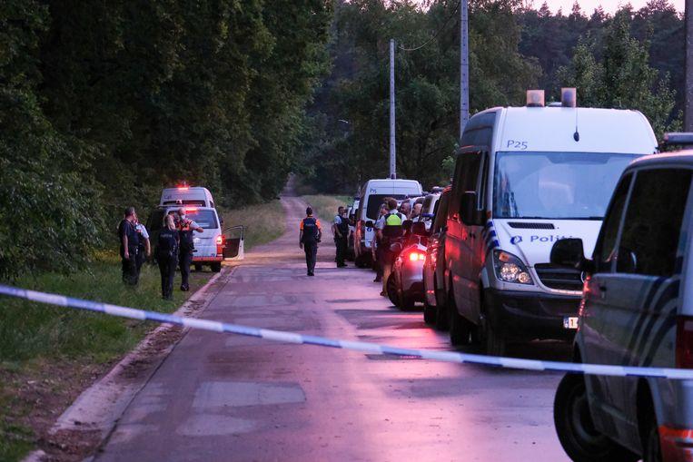 Politie op de plek waar het lichaam van Conings zondag gevonden werd.  Beeld BELGA