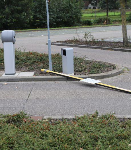 Met scootmobiel tegen slagboom bij ziekenhuis Hengelo