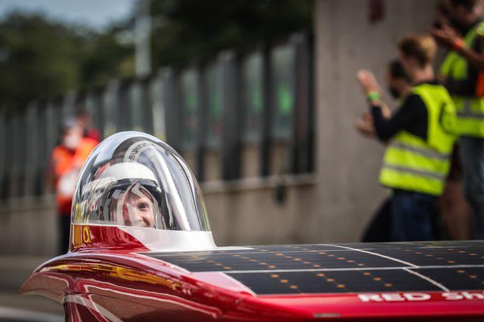 De wagens rijden op zonne-energie.