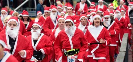 Kerstmannen rennen zich suf