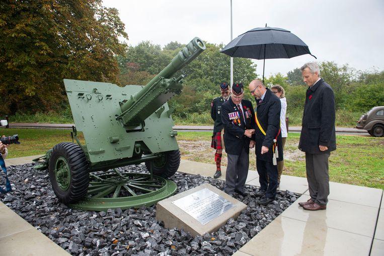 Sergeant Roy Hare (94) van het Essex Scottish regiment of Canada schudt de hand van districtsburgemeester Koen Palinckx. Op het Canadezenplein staat de Howitzer, een type kanon dat veel gebruikt werd tijdens WOII door de geallieerden.