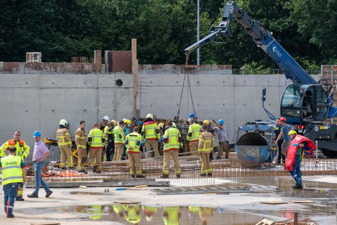 Een bedrijfsongeval op de bouwplaats van het nieuwe zwembad in Nunspeet legde maandag de werkzaamheden tijdelijk stil.