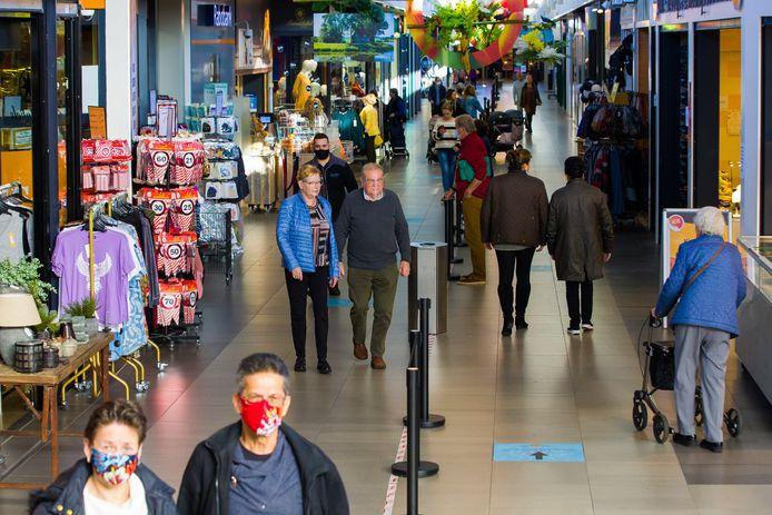 Een Bossche vrouw die deze week terecht stond bij de politierechter mocht een jaar niet winkelen in de Helftheuvelpassage waar zij werd betrapt bij winkeldiefstal.