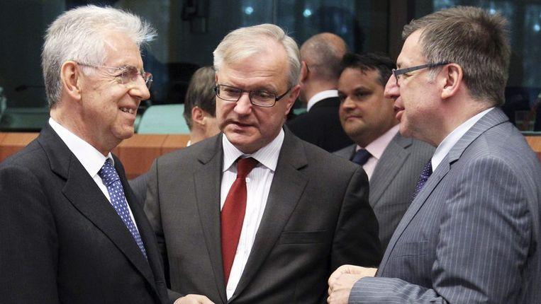 De Italiaan Mario Monti, de Europeaan Olli Rehn en de Belg Steven Vanackere. Beeld REUTERS