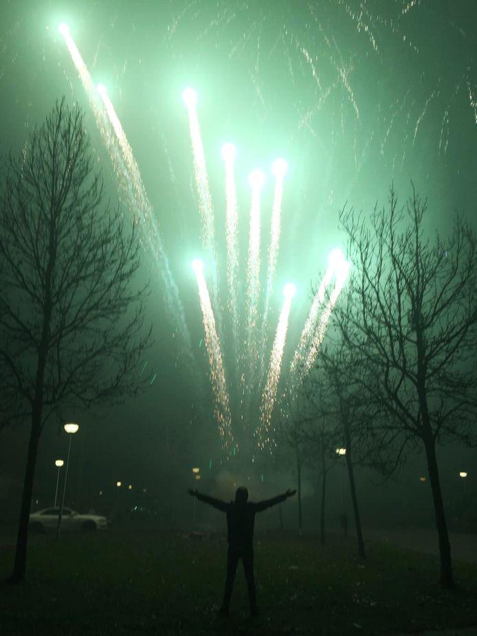 Tim van den Berg uit Woudenberg bij Skyline On Fire van Evolution Fireworks, een grote compound van Nederlands consumentenvuurwerk.