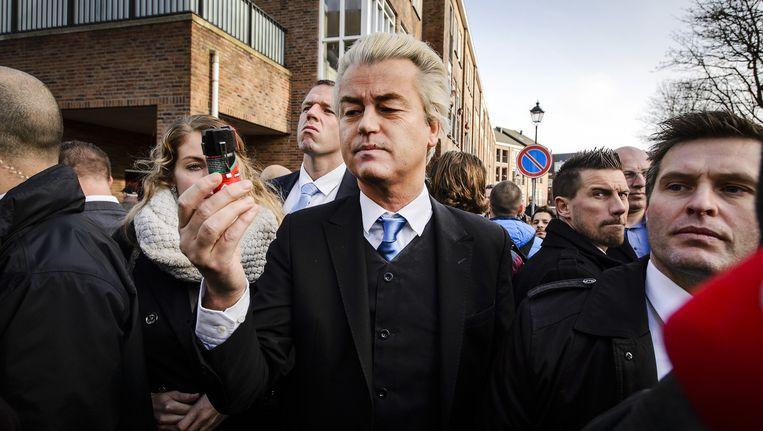 PVV-fractievoorzitter Geert Wilders deelde vandaag verzetsspray uit aan vrouwen. Beeld anp