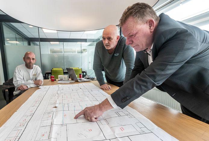 Maikel Mollemans (l) gaat een ruimte huren in het bedrijfsverzamelgebouw van Ewoud Ponsioen en Rob van Rooijen (r). De plattegrond van het oude industriepand laat een wirwar van (in)gangen, deuren en scheidingsmuren zien. En dat is nog lang niet alles.