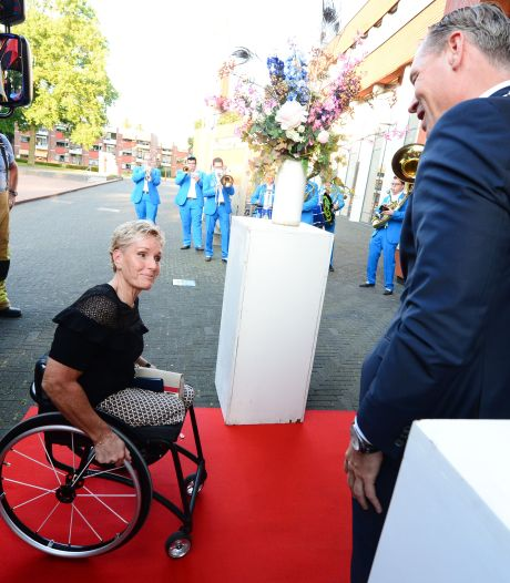 Ook thuis in Twenterand zit paralympisch kampioen Jennette  nog op een roze wolk: 'Huldigingen vervelen nooit'