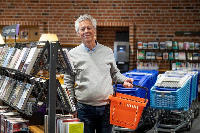 Manager René Lueks van de bibliotheek in Nijverdal heeft winkelwagentjes geregeld. Het is nog even spannend of en wanneer de deuren geopend mogen worden maar de voorbereidingen zijn getroffen.