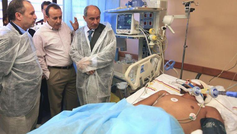 Mustafa Abdel-Jalil, voorzitter van de NTC, bezoekt een in Sirte gewond geraakte strijder. Beeld reuters