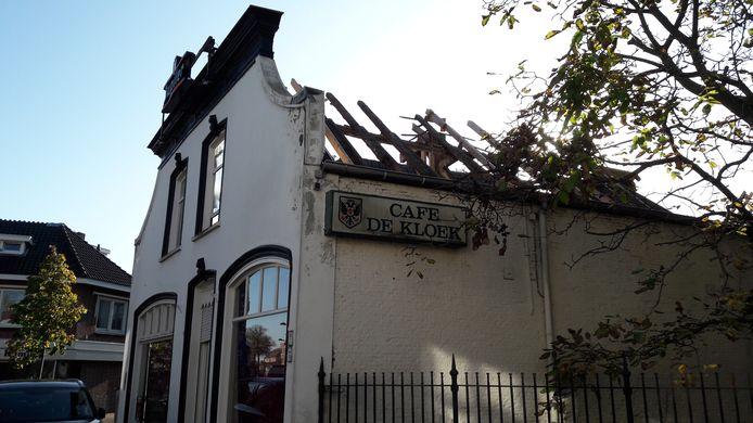 OOSTERHOUT - Het voormalige café de Kloek aan de Leijsenhoek ligt er troosteloos bij.