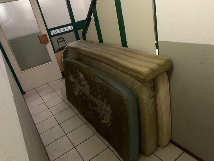 Spullen uit het huis waar de 68-jarige bewoner was overleden, stonden dagenlang in de gang van het complex aan de Roodborstlaan in Delft.