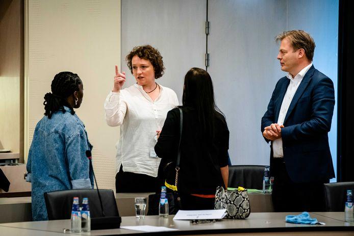 Kamerleden Renske Leijten (SP) en Pieter Omtzigt (CDA) praten met gedupeerden van de toeslagenaffaire tijdens een openbaar gesprek in de Tweede Kamer.