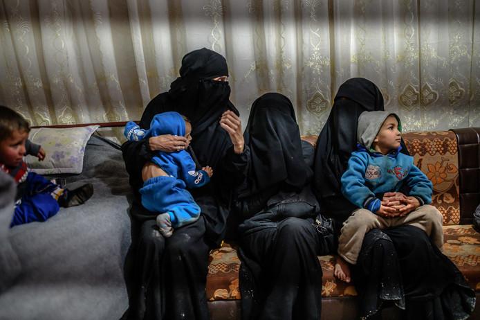 Twee Franse ISivrouwen met hun kinderen in detentiekamp Al-Hol in Syrië.