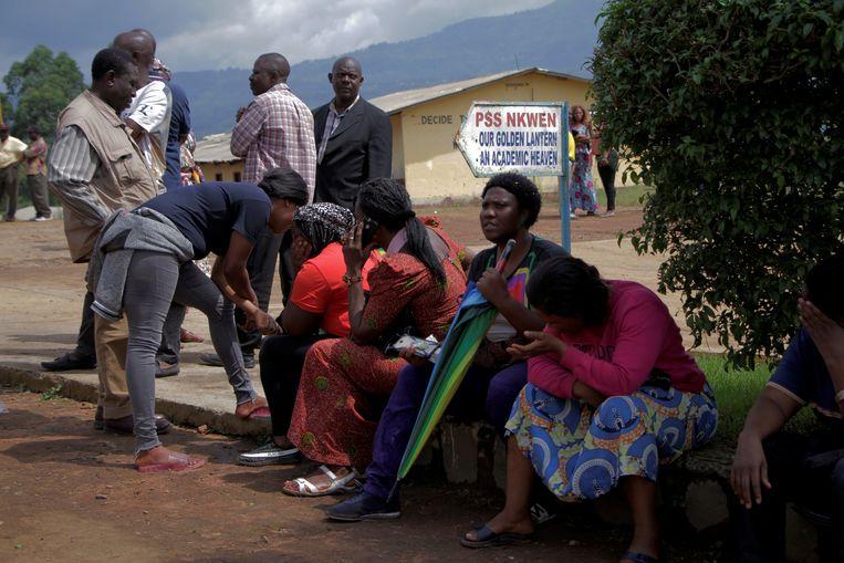 Ouders wachten, dinsdag, bij de school op nieuws over het lot van hun ontvoerde kinderen. Beeld REUTERS