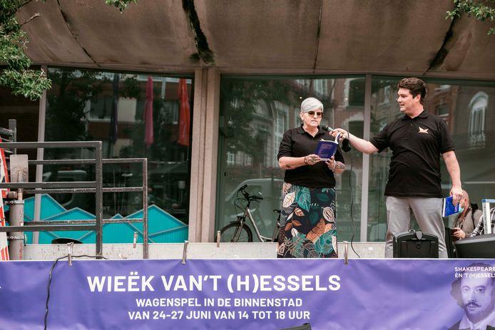 Onder meer op het Groenplein in Hasselt werden gedichten voorgelezen.