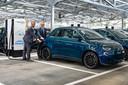 Opgeladen elektrische auto's kunnen tijdelijk een deel van de stroomvoorziening overnemen. De nieuwe, volledig elektrische Fiat 500e kan het ook.