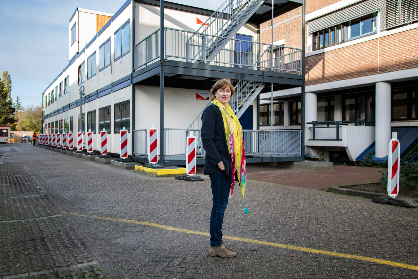 Giovanna van IJzendoorn bij de nieuw geplaatste portakabins op het terrein