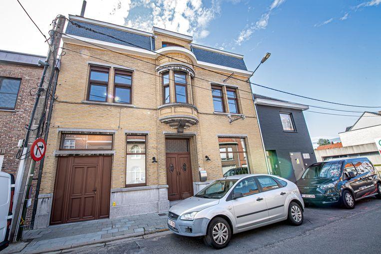ViaVia is ondergebracht in de voormalige dokterswoning in de Ledegemstraat 20.