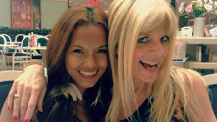 Karina Hagafiona Monic (l) op de foto met Kim Holland
